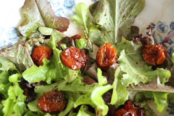 Delicious salad with oven-dried cherry tomatoes